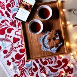 Tè e dolcetti sotto l'albero di Natale